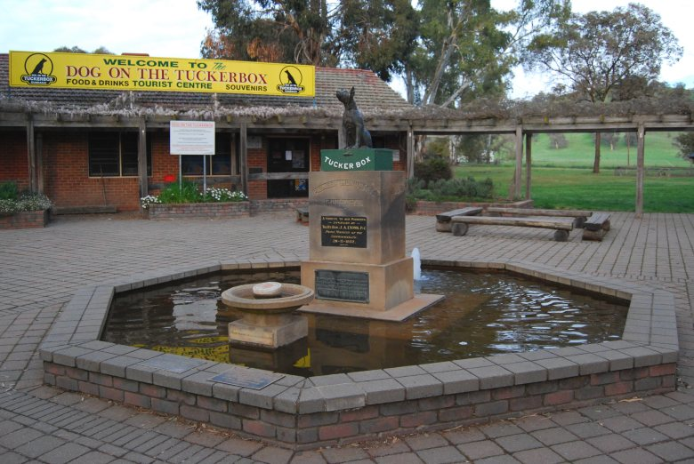 Sydney to Melbourne Route - Snake Creek, Gundagai - The Dog on the Tuckerbox